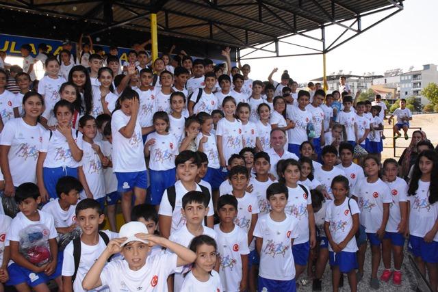 Belediye Yaz Okulu Etkinlikleri İçin Çocuklara Forma Dağıttı